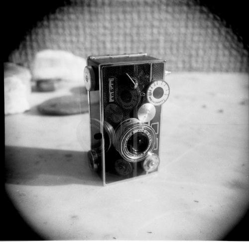 """Una doppia esposizione ottenuta non avvolgendo la pellicola fra uno scatto e l'altro. La macchina raffigurata è """"The Brick"""" (la Argus)"""