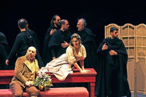 La festa di nozze. Daniele Cusari (Masetto), Giulia De Blasis (Zerlina). Foto di Massimo D'Amato