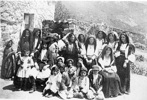Foto di gruppo con adulti in abito tradizionale - Urzulei 1926